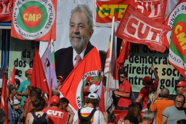 1159182-unionistes-membres-parti-travailleurs-manifestent