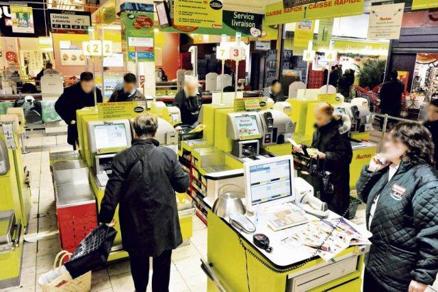 Grande Distribution, courses dans un supermarche Auchan