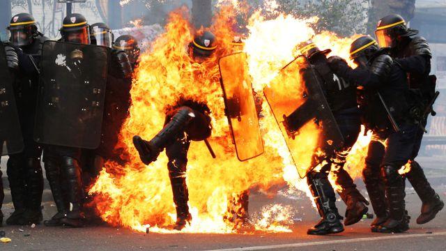 des-crs-pris-dans-les-flammes-lors-de-heurts-avec-des-manifestants-le-1er-mai-2017-a-paris_5871689