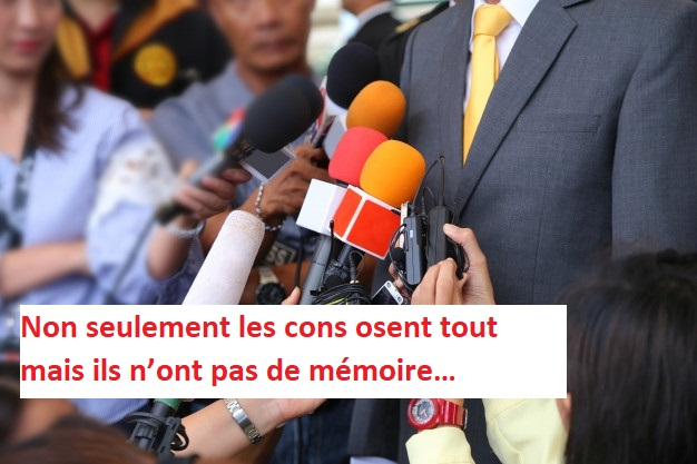 media-interview-conept-group-journalistes-tenant-micro-pour-interviewer-vip_12892-44